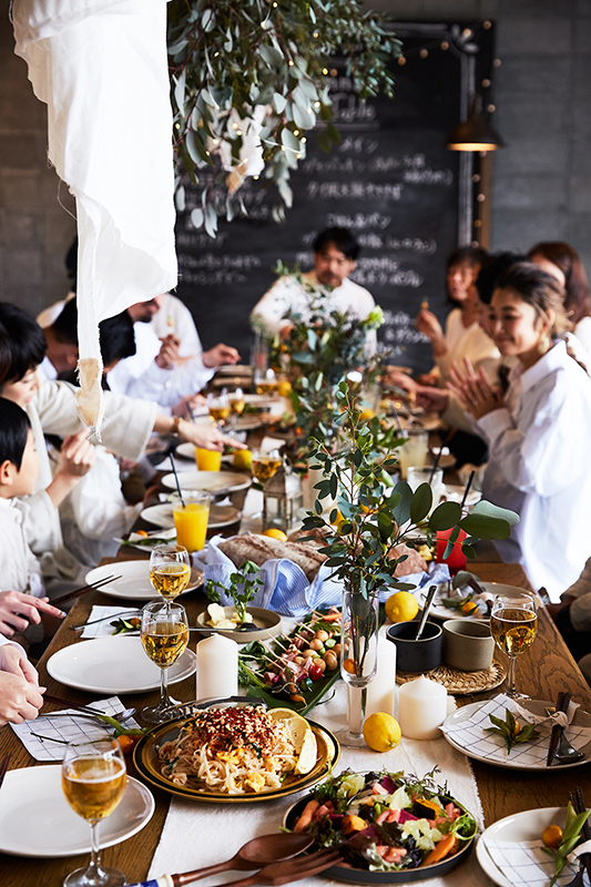 仲間が集う、春のロングテーブル